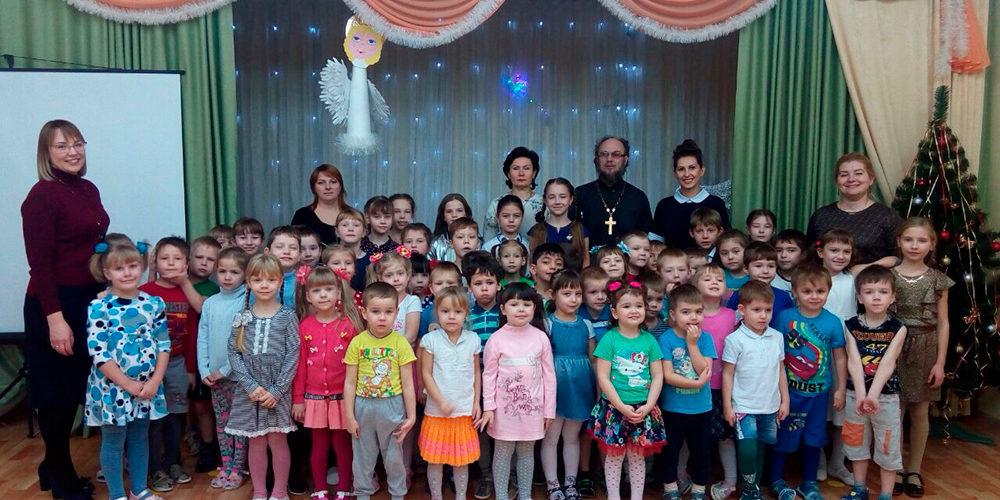 Учащиеся Берёзовской детской школы искусств поздравили с Рождеством воспитанников Кирилловского детского сада